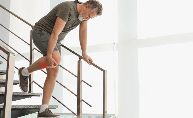 Schmerzen im Knie treten nicht nur bei Arthrose auf, sondern können auch verletzungs- oder überlastungsbedingt spürbar werden. ( Foto: Shutterstock-_New Africa )