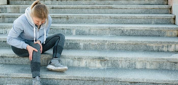 Schmerzen im Knie beim Treppensteigen: Risiken und wie man mit einfachen Mitteln helfen kann´( Foto: Shutterstock- _PAstudio )
