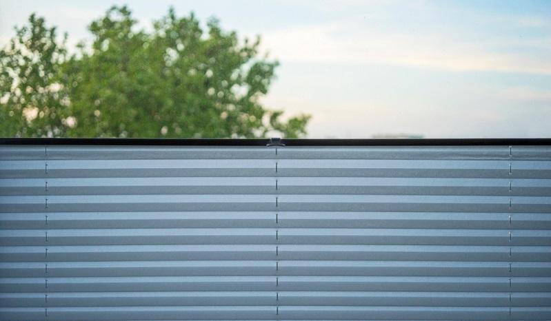 Plissees ermöglichen es, einen Raum hinsichtlich des Licht- und Sonneneinfalls individuell anzupassen.  ( Foto: Shutterstock-Lumpenmoiser)