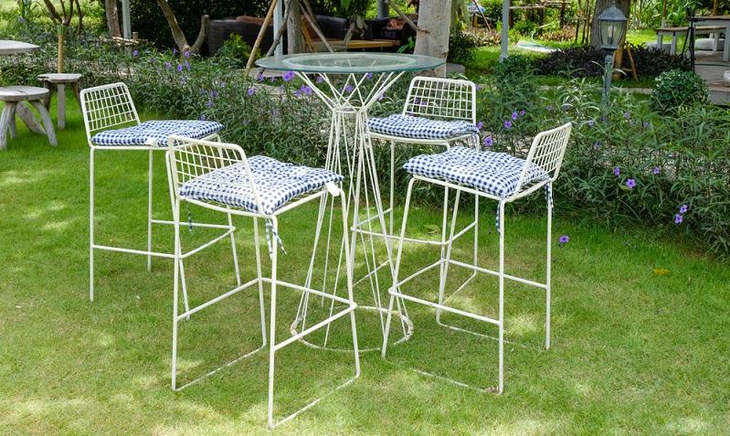 Gartenmöbel aus Metall oder Aluminium sind sehr pflegeleicht und überzeugen mit ihrer Optik.  ( Foto: Shutterstock- Nipapun)