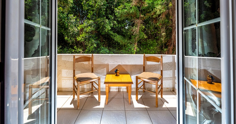 Nicht nur der Garten ist winterfest zu machen, auch der Balkon braucht ein wenig Aufmerksamkeit. ( Foto: Shutterstock-Maksym Prykhodnyuk)