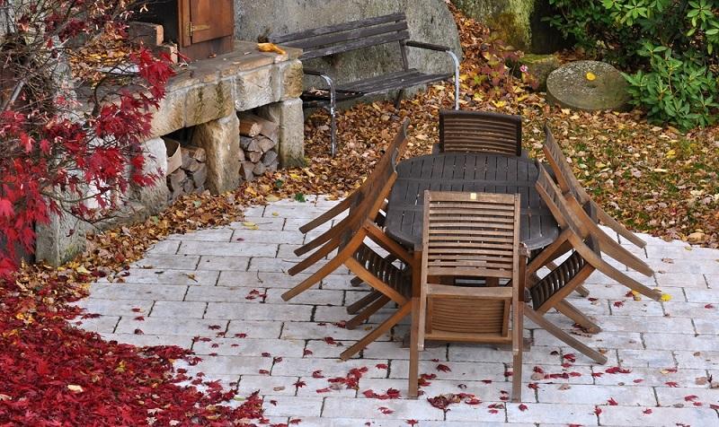 Die verschiedenen Materialien der Gartenmöbel stellen nicht nur unterschiedliche Anforderungen in puncto Pflege, sondern auch bezogen auf das Einlagern im Winter. ( Foto: Shutterstock-Ondrej83 )