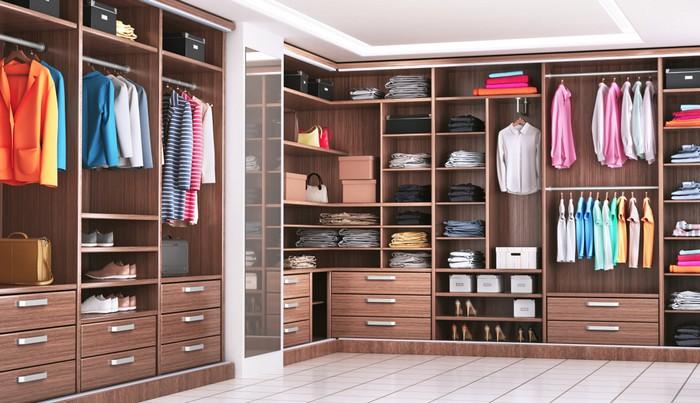 """Ob ein Ankleidezimmer wirklich Luxus ist, darüber kann man streiten - sollte es aber nicht. Für die Damenwelt ist das Ankleidezimmer eher nachgeholte Pflichtübung. Hat jeder sein eigenes Ankleidezimmer, kann man das Wort """"Luxus-Haus"""" wieder ins Spiel bringen. (Foto: shutterstock - studiovin)"""