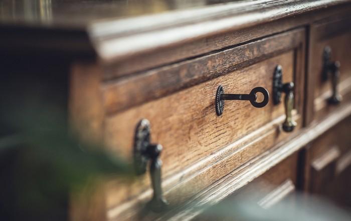 Möbel aus Holz drücken in erster Linie ein werteorientiertes Denken aus. Massivholzmöbel sind nicht in erster Linie Luxus-Gegenstände, sondern schlicht qualitativ hochwertige Möbel. Der Preis rückt sie ein wenig in die Nähe von Luxus. Altes Holz spielt mit Liebhaberei. Dies wiederum lässt einen Hauch von Wohlstand erkennen, den Viele als Luxus empfinden werden. Wer also in seinem Haus Luxus als kernaussage verewigen möchte, kann auf dieser Klaviatur munter spielen. Doch bitte beachten: too much sollte es nicht sein. Ein Liebhaber wird nur ausgewählte Stücke in sein Heim und Luxus-Haus holen. (Foto: shutterstock - Room 76)