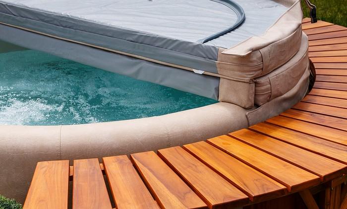 Für Viele ist der Outdoor Whirlpool ein Inbegriff von Luxus-Haus (Foto: shutterstock - stocksolutions)