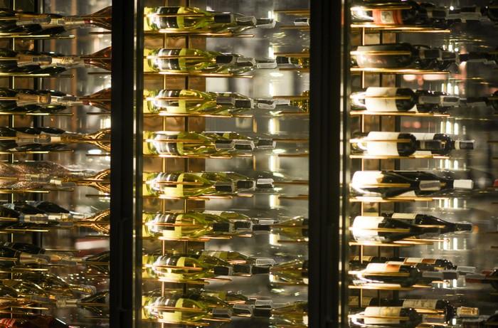 Bewohner eines Luxus-Hauses sind pflichtgemäß auch Weinkenner. Es ist klar, dass die edlen Tropfen auch nachhaltig gelagert werden müssen. Ein Weintemperierschrank ist da unerlässliche Pflicht. (Foto: shutterstock - BenChaYaPa)