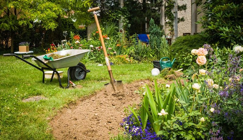 Eine Ausführung aus Edelstahl mit Holzstiel hält ein Gärtnerleben lang ( Foto: Shutterstock- DeepGreen)