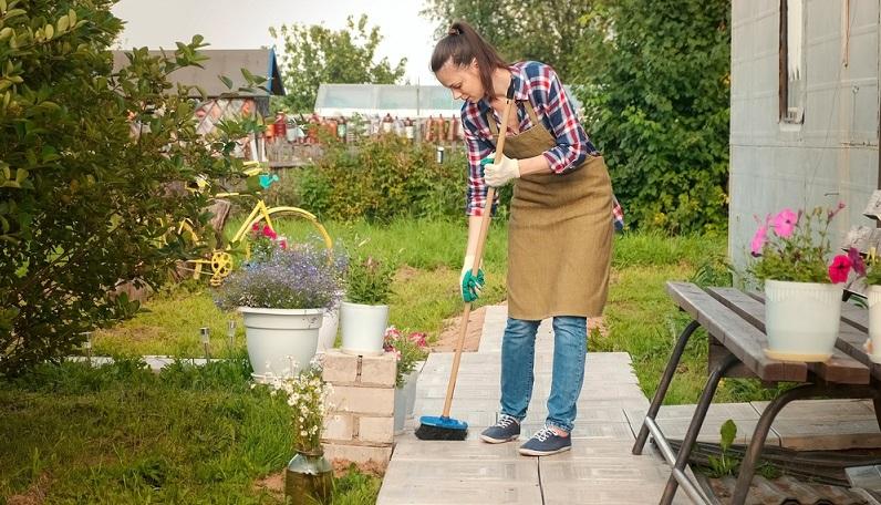 Er wird häufig auch als Saalbesen bezeichnet und ist mit seinen harten Kunststoffborsten wunderbar dazu geeignet, Wege und Terrassenfläche sauber zu kehren. ( Foto: Shutterstock-Vadim Zakharishchev )