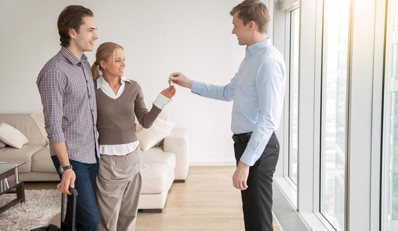 """Bei einem Besichtigungstermin ist der Vermieter nicht anwesend und lässt sich durch jemanden """"kurzfristig"""" vertreten?  ( Foto: Shutterstock-fizkes)"""