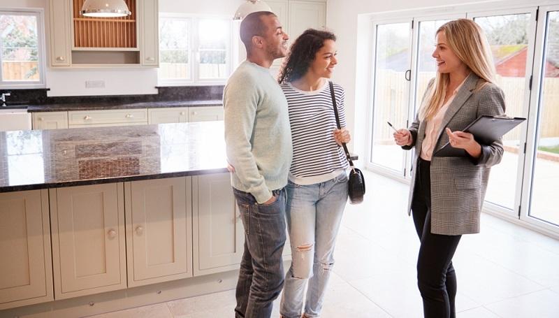Für die Wohnungssuche sollten rund drei bis vier Monate eingeplant werden, in Gegenden, in denen der Wohnraum knapp ist, sollten auch fünf bis sechs Monate üblich sein.  ( Foto: Shutterstock-_Monkey Business Images)