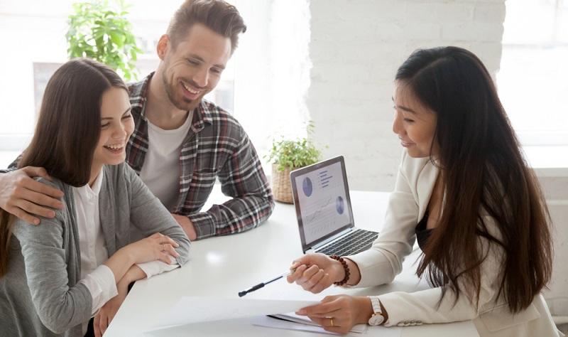 Der Makler sollte seine Referenzen vorzeigen können. Er sollte einen Namen in der Branche haben und wenigstens im Branchenverband organisiert sein. ( Foto: Shutterstock-fizkes)