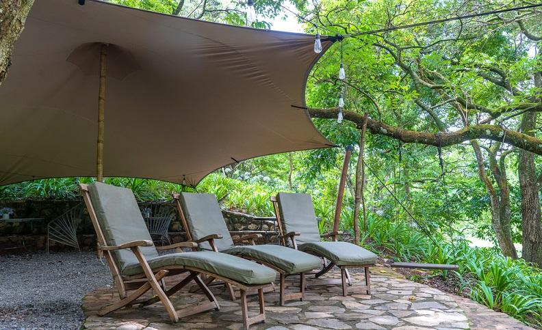 Sonnensegel stellen eine günstige Variante des Sonnenschutzes für die Terrasse dar. Sie sind einfach aufzuspannen und können flexibel befestigt werden.  ( Foto: Shutterstock-OlegD  )