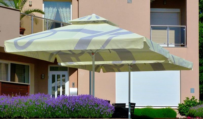 Sonnenschutz im Garten gibt es in unterschiedlichen Farben und Groessen. (Foto: Shutterstock-_Blue Corner Studio  )