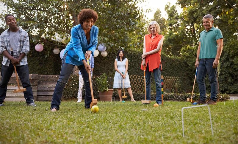 Was braucht eine unvergessliche Gartenparty unbedingt? Richtig: die passende Unterhaltung! (Foto: Shutterstock-Monkey Business Images )