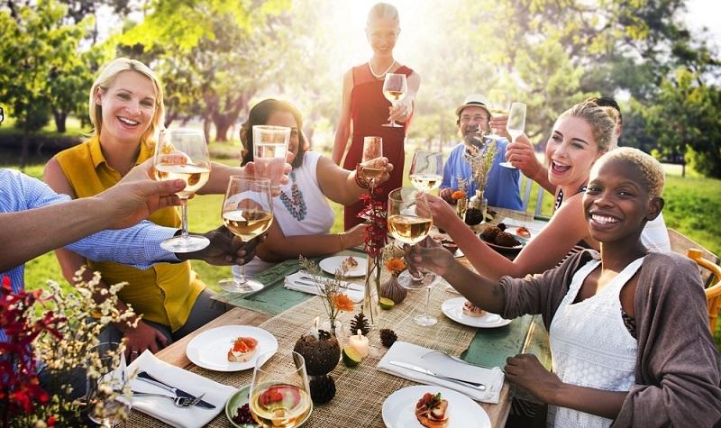 Wer unseren Tipp oben beherzigen will und ein schmuckes Gartenhaus für die Party holt, der kann hier mittun. (Foto: Shutterstock-  Rawpixel.com)