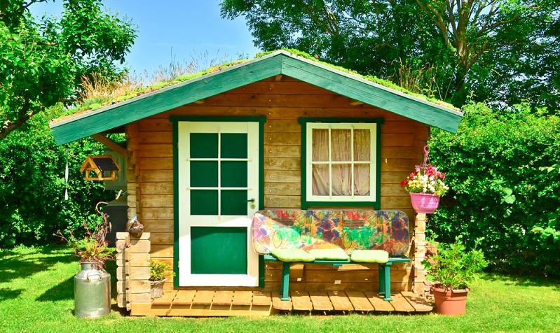 Wie wäre es, die Gäste mit einem neuen Gartenhaus zu überraschen? Wind, plötzlicher Temperaturabfall und einsetzender Regen machen jeder Gartenparty den Garaus. (Foto: Shutterstock-Brinja Schmidt)