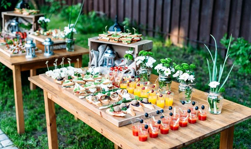 Ob es nun ein großes Grillbuffet wird oder ob ein Caterer das Essen bringen soll, ist letzten Endes budgetabhängig. (Foto: Shutterstock- Iuliia Shcherbakova )