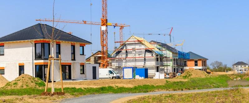 Wer ein Fertighaus errichtet, um es zu vermieten, muss früher mit Reparaturen rechnen. Dabei kommt es auch noch auf das Baujahr an, wenn man statt einem Neubau eine gebrauchte Immobilie erwirbt. (Foto: Shutterstock- nnattalli )