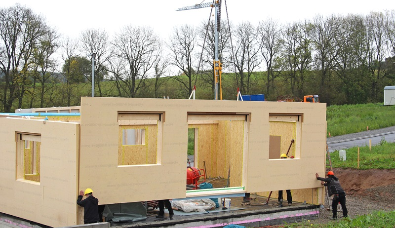 Wer heute ein Fertighaus errichtet bzw. errichten lässt, der kann davon ausgehen, dass das verwendete Holz deutlich besser gegen den Befall durch Ungeziefer geschützt ist als ein altes Haus aus dem Jahr 1980.( Foto: Shutterstock-Augenstern )