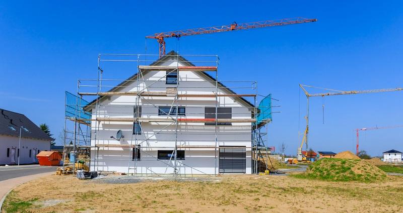Wie können wir beim Hausbau Geld sparen? Wollen wir ein kostengünstiges Fertighaus bauen? (Foto: Shutterstock-_nnattalli )