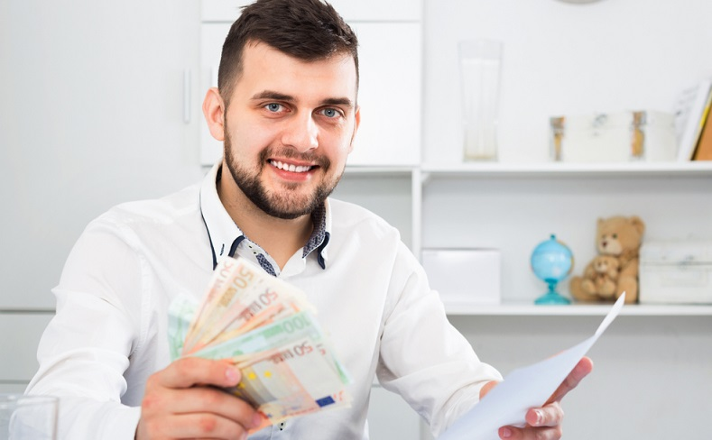Der Vermieter muss die Rückzahlung der Kaution inklusive der fälligen Zinsen vornehmen. Notfalls klagen! (Foto: Shutterstock- Iakov Filimonov)