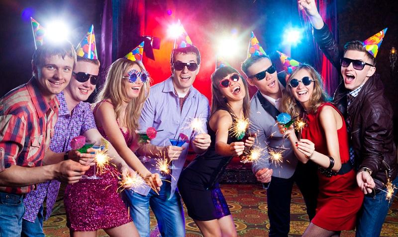 Eine tolle Idee die Urlaubsparty, jeder Gast bringt sich aus seine Weise mit seinen Ideen mit ein.( Foto: Shutterstock-YanLev _)