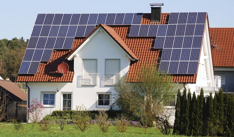 Steht eine größere Dachfläche zur Verfügung, kann Strom auch ins Netz eingespeist werden ( Foto: Shutterstock-_manfredxy  )