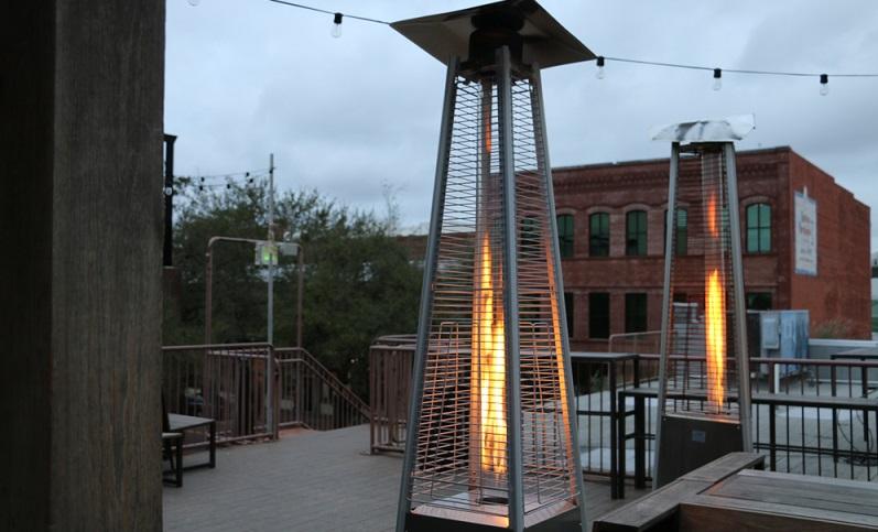 Es gibt viel Raucher, ohne Terrassenstrahler käme die Gastronomie nicht aus ( Foto: Shutterstock- Stay Gold Design Co)