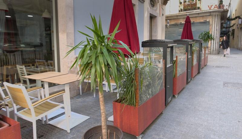 Terrassenstrahler als Standmodell, ganz einfach zwischen die Blumen platzieren ( Foto: Shutterstock-No-Mad )