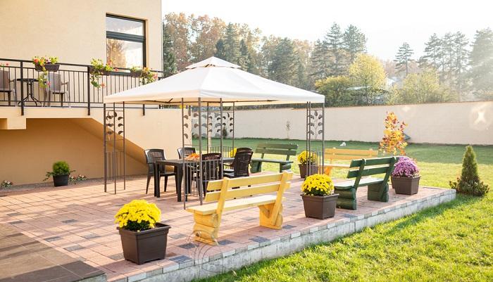 Ein freistehender Pavillon ist eine gute Möglichkeit für einen Beschattung im Garten ( Foto: Shutterstock-Zurije)