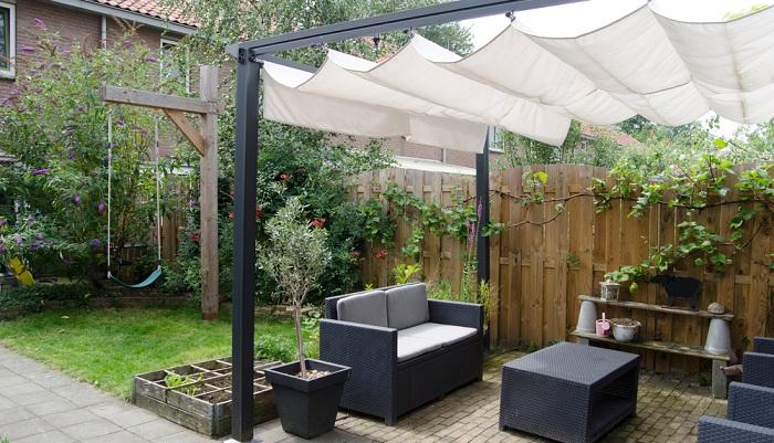 Modernes helles Segeltuch spendet Schatten und sieht modern aus ( Foto: Shutterstock-maaike venema)
